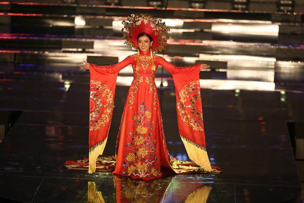 Huyền My trong héo ngoài tươi với quốc phục nặng 30 kg trên sân khấu Miss Grand International 2017-6