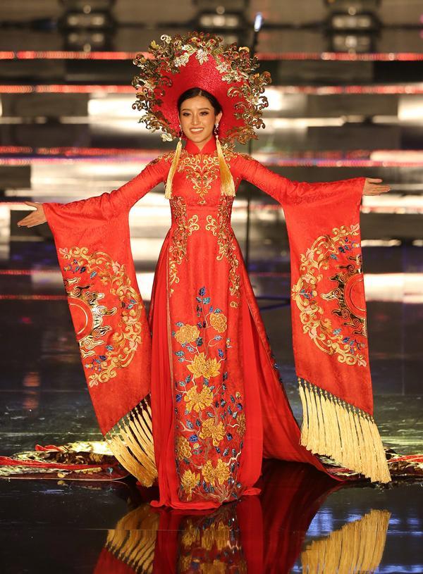 Huyền My trong héo ngoài tươi với quốc phục nặng 30 kg trên sân khấu Miss Grand International 2017-10