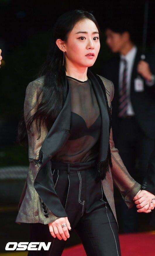Sao nhí Gia đình là số 1 bị chỉ trích vì hở bạo trên thảm đỏ LHP quốc tế Busan-11