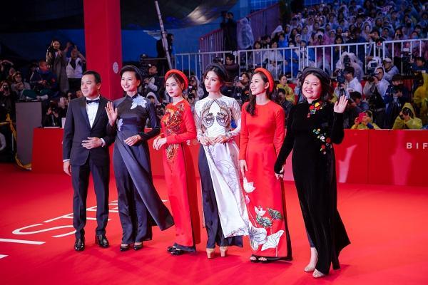 Ngô Thanh Vân và Ninh Dương Lan Ngọc diện áo dài nổi bật trên thảm đỏ LHP Busan 2017-1