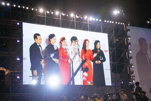 Ngô Thanh Vân và Ninh Dương Lan Ngọc diện áo dài nổi bật trên thảm đỏ LHP Busan 2017-3