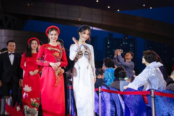 Ngô Thanh Vân và Ninh Dương Lan Ngọc diện áo dài nổi bật trên thảm đỏ LHP Busan 2017-4