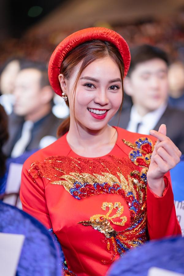 Ngô Thanh Vân và Ninh Dương Lan Ngọc diện áo dài nổi bật trên thảm đỏ LHP Busan 2017-5