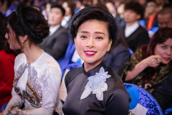 Ngô Thanh Vân và Ninh Dương Lan Ngọc diện áo dài nổi bật trên thảm đỏ LHP Busan 2017-7