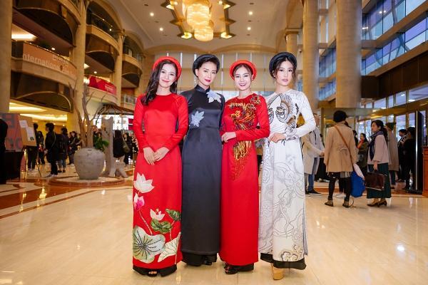 Ngô Thanh Vân và Ninh Dương Lan Ngọc diện áo dài nổi bật trên thảm đỏ LHP Busan 2017-9
