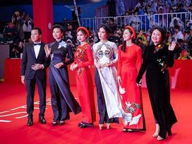 Ngô Thanh Vân và Ninh Dương Lan Ngọc diện áo dài nổi bật trên thảm đỏ LHP Busan 2017