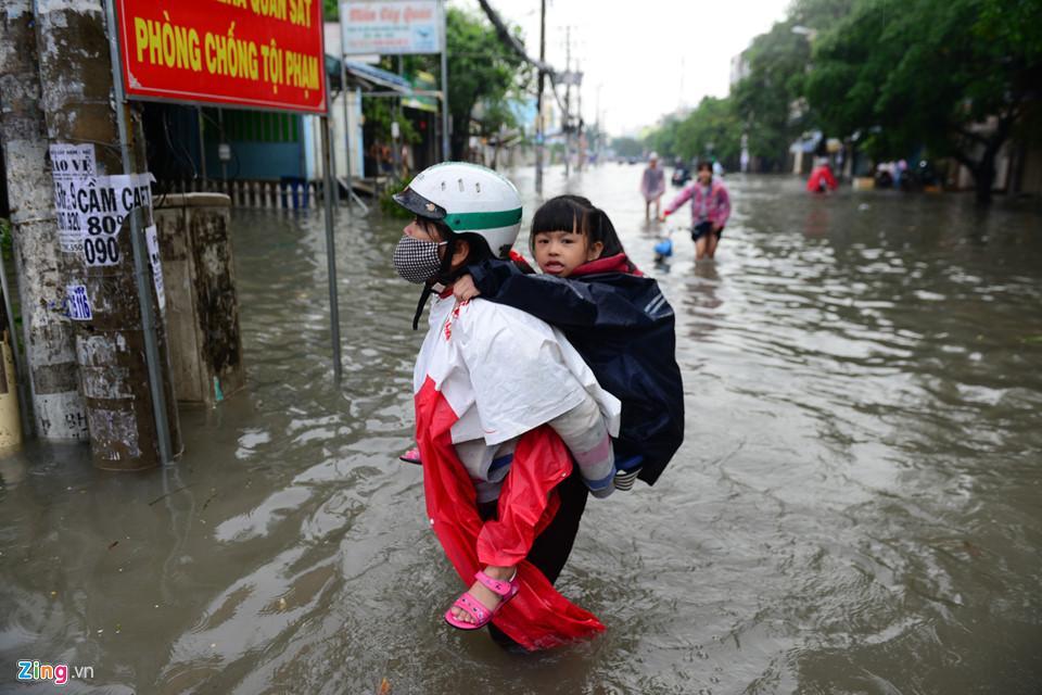 Người Sài Gòn ra đường bắt cá sau trận mưa lớn suốt đêm-5