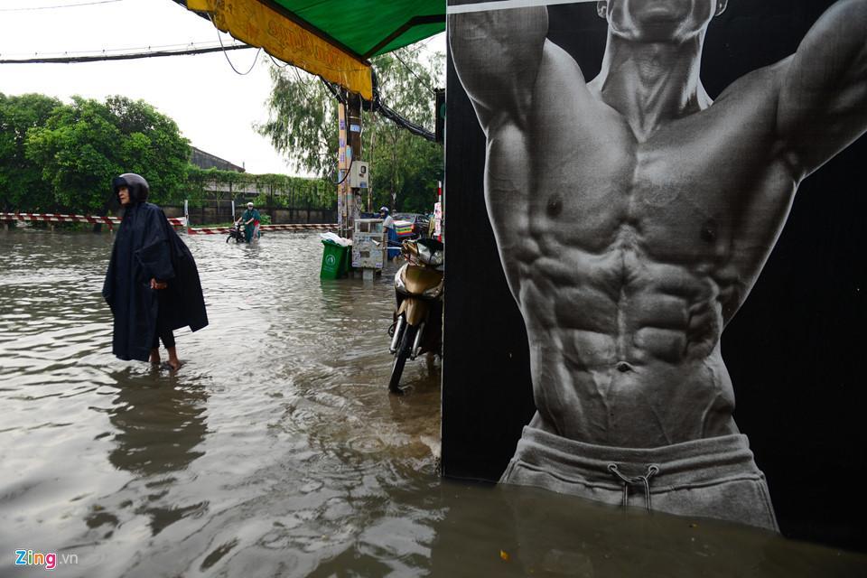 Người Sài Gòn ra đường bắt cá sau trận mưa lớn suốt đêm-7