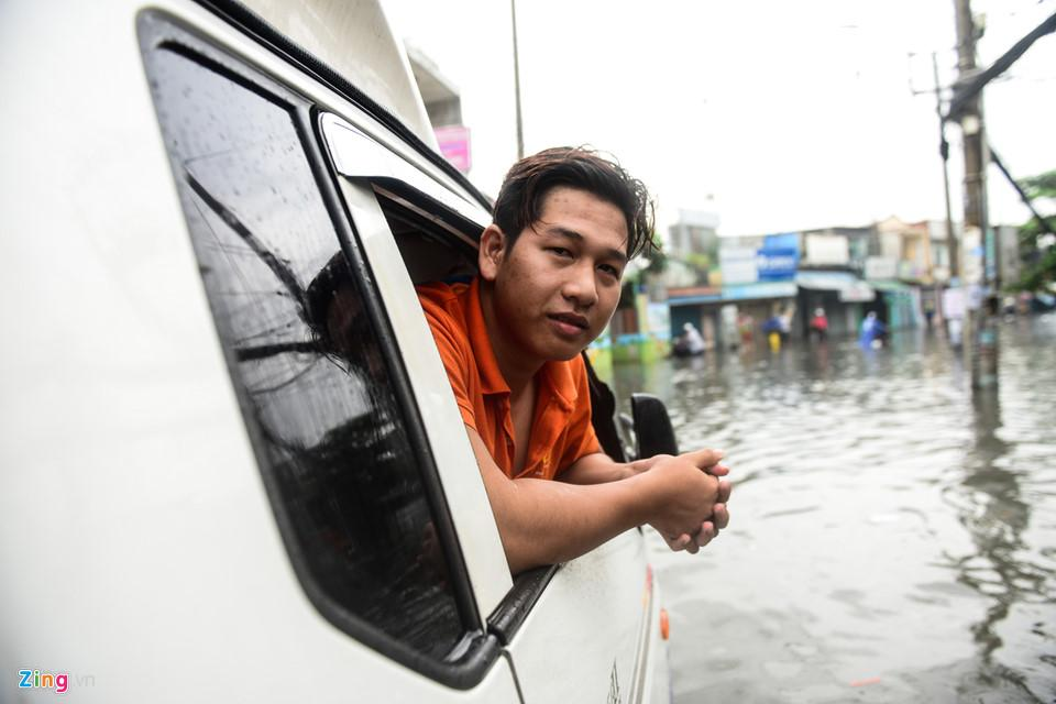Người Sài Gòn ra đường bắt cá sau trận mưa lớn suốt đêm-10