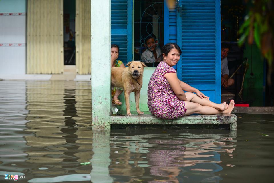 Người Sài Gòn ra đường bắt cá sau trận mưa lớn suốt đêm-13