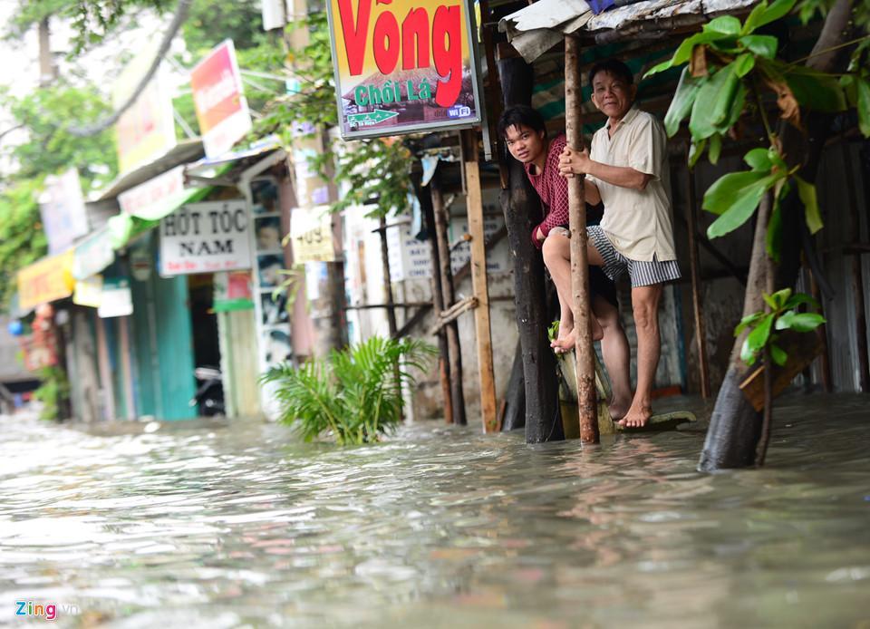 Người Sài Gòn ra đường bắt cá sau trận mưa lớn suốt đêm-14