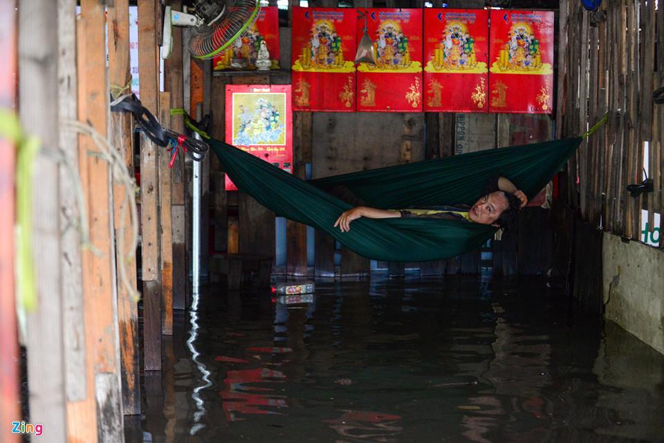 Người Sài Gòn ra đường bắt cá sau trận mưa lớn suốt đêm-15