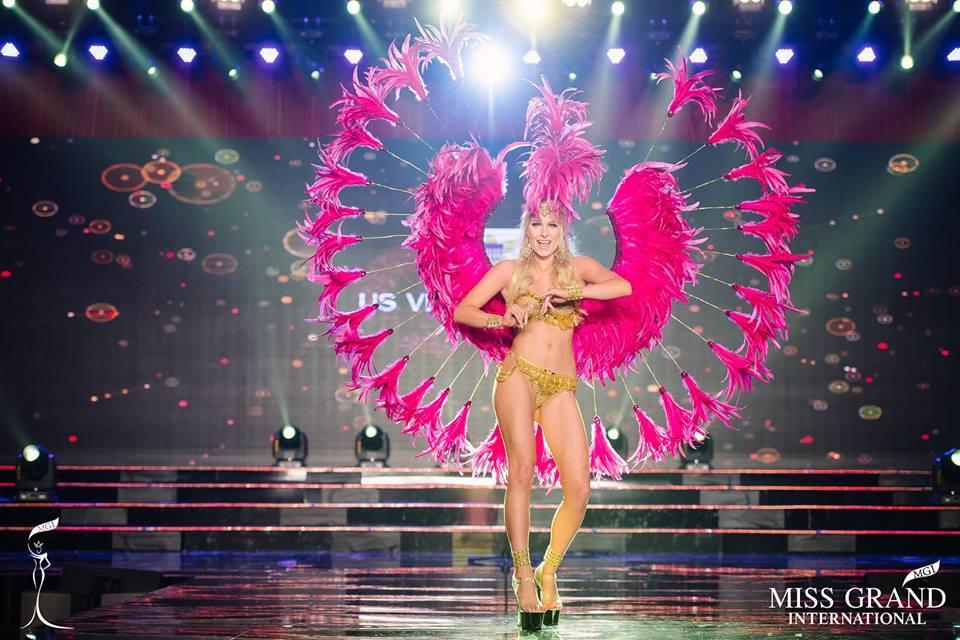 Top 10 quốc phục thi hoa hậu không rườm rà thì lại hở bạo chẳng khác gì diễn show Victorias Secret-9
