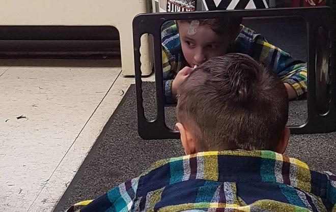 Nằm lăn ra đất để cắt tóc cho cậu bé, hành động này của người thợ đã được cả thế giới tung hô-2