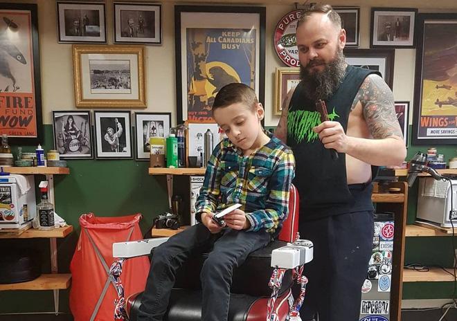 Nằm lăn ra đất để cắt tóc cho cậu bé, hành động này của người thợ đã được cả thế giới tung hô-6