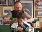 Nằm lăn ra đất để cắt tóc cho cậu bé, hành động này của người thợ đã được cả thế giới tung hô