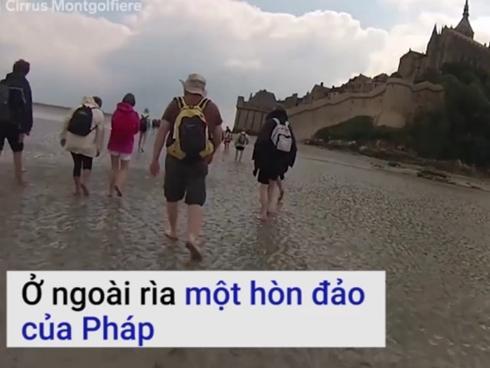 Du khách học cách thoát khỏi cát lún ở đảo thủy triều