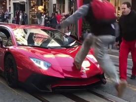 Nhảy lên mui siêu xe Lamborghini, thanh niên bị ăn no đòn