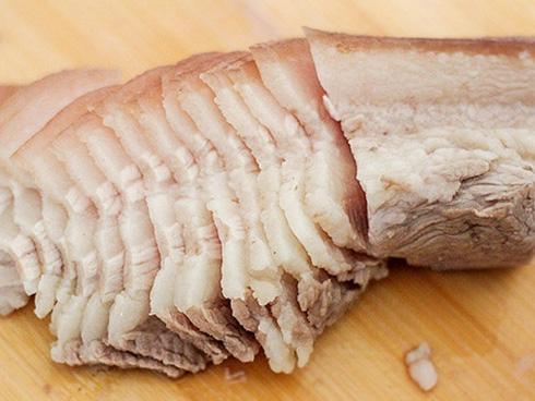 Cách luộc thịt heo luôn trắng, không hôi chỉ nhờ những mẹo nhỏ này