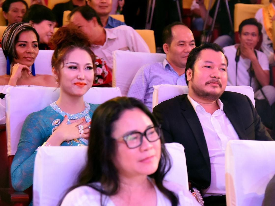Bạn trai doanh nhân của Phi Thanh Vân bị nghi ngờ không giàu có như lời tuyên bố-2