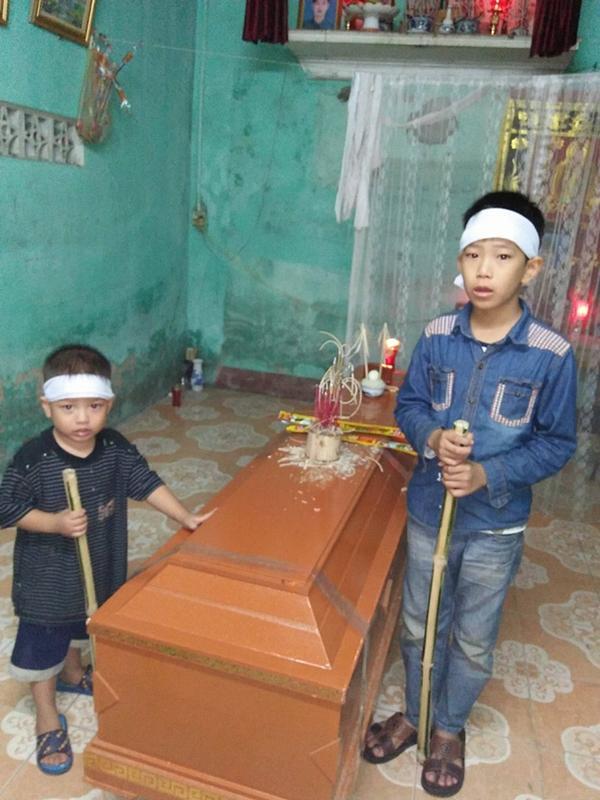 Hai đứa trẻ mồ côi mẹ ngơ ngác trong ngày đội tang cha-1