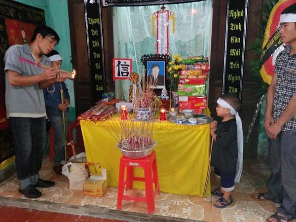 Hai đứa trẻ mồ côi mẹ ngơ ngác trong ngày đội tang cha-2