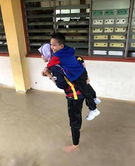 Nữ giáo viên xinh đẹp được khen ngợi vì cõng học sinh qua nước lũ-1