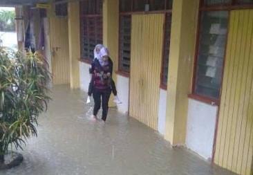 Nữ giáo viên xinh đẹp được khen ngợi vì cõng học sinh qua nước lũ-3
