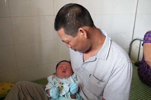 Bố bé trai chào đời nặng kỷ lục 7,1kg: Lúc đầu tôi không tin, phải mang con đi cân lại-4