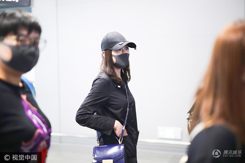 Trần Kiều Ân mặc đồ đen kín, tiều tụy xuất hiện tại sân bay-4
