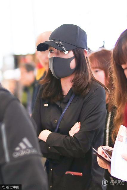 Trần Kiều Ân mặc đồ đen kín, tiều tụy xuất hiện tại sân bay-6