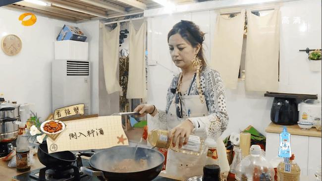 Triệu Vy nấu Cua vị cay khiến Huỳnh Hiểu Minh thèm chảy nước miếng-6