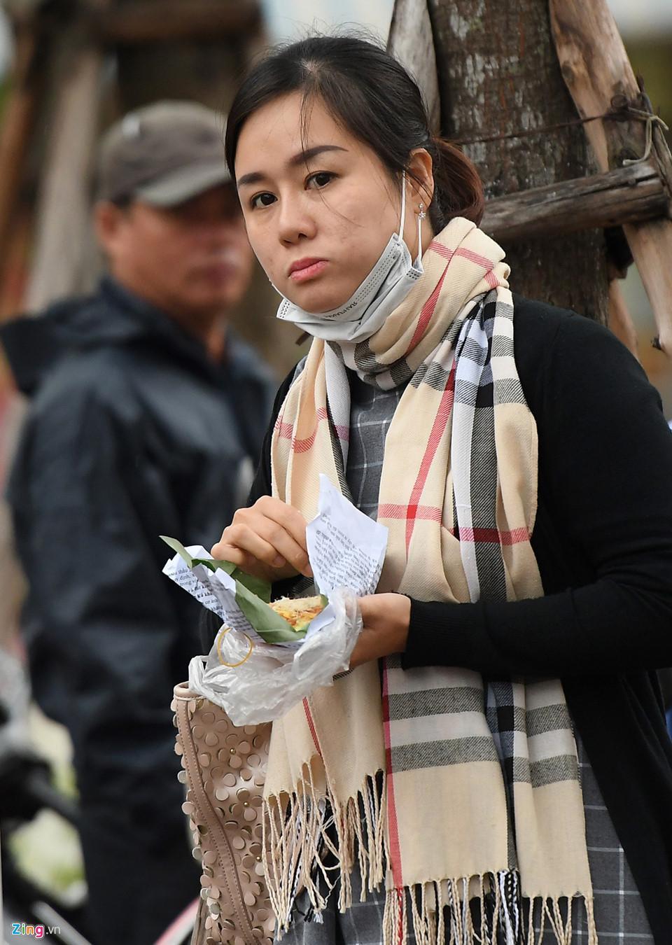 Người Hà Nội co ro trong gió lạnh đầu mùa-4