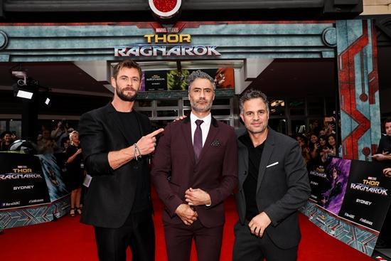 Minh Tú tự tin phỏng vấn dàn sao Thor: Ragnarok tại Úc-3