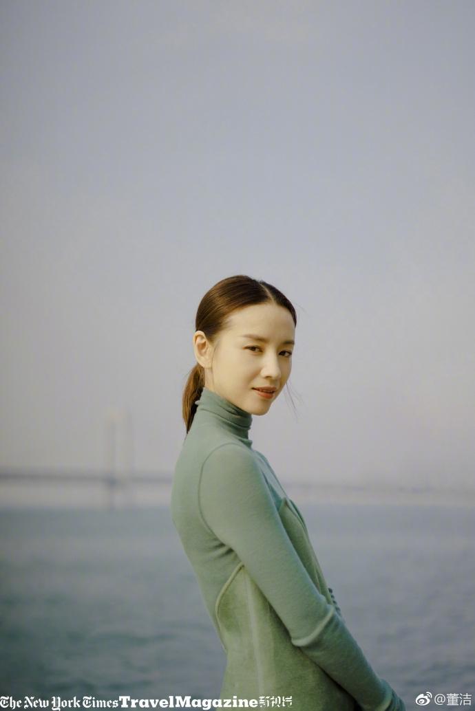 Bỏ ngoài tai scandal ngoại tình chưa nguội, Đổng Khiết vẫn tươi tắn rạng rỡ ở tuổi 37-5