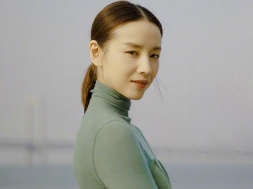 Bỏ ngoài tai scandal ngoại tình chưa nguội, Đổng Khiết vẫn tươi tắn rạng rỡ ở tuổi 37