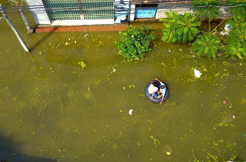 Vỡ đê Chương Mỹ: Người Hà Nội rửa bát, tắm giặt bằng nước lũ-4