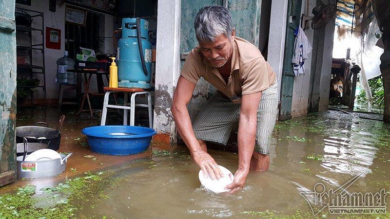 Vỡ đê Chương Mỹ: Người Hà Nội rửa bát, tắm giặt bằng nước lũ-7
