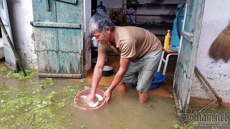 Vỡ đê Chương Mỹ: Người Hà Nội rửa bát, tắm giặt bằng nước lũ-8