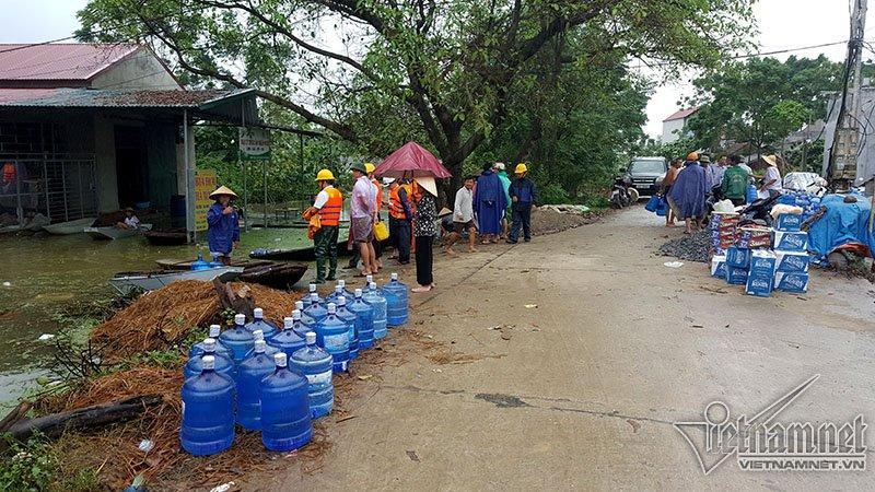 Vỡ đê Chương Mỹ: Người Hà Nội rửa bát, tắm giặt bằng nước lũ-22
