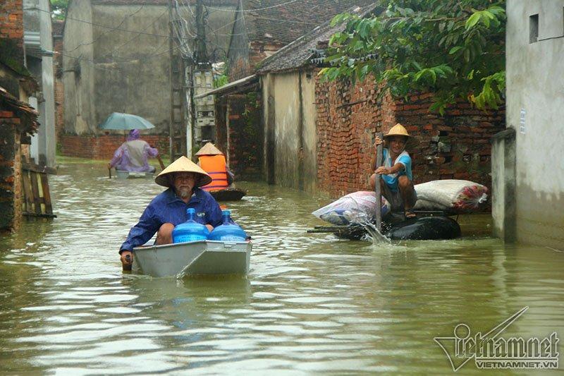 Vỡ đê Chương Mỹ: Người Hà Nội rửa bát, tắm giặt bằng nước lũ-16