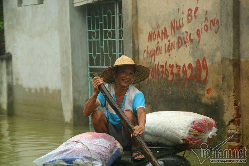 Vỡ đê Chương Mỹ: Người Hà Nội rửa bát, tắm giặt bằng nước lũ-19