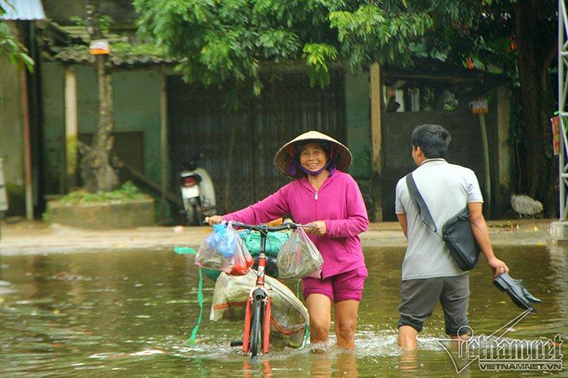 Vỡ đê Chương Mỹ: Người Hà Nội rửa bát, tắm giặt bằng nước lũ-12