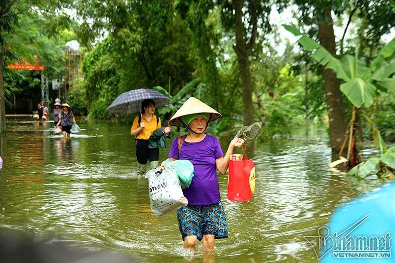 Vỡ đê Chương Mỹ: Người Hà Nội rửa bát, tắm giặt bằng nước lũ-11