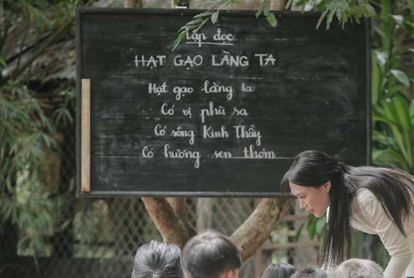 Không chỉ xào rau muống cháy, cô giáo Mỹ Tâm còn dạy thơ sai trong hit mới Đừng hỏi em-1