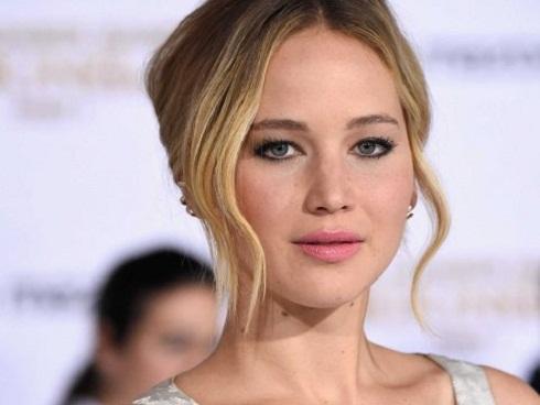 Jennifer Lawrence từng bị ép chụp ảnh nude tập thể và gạ tình
