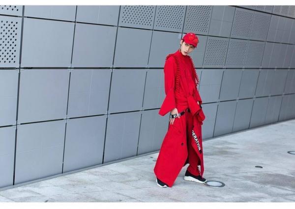 Ngày đầu Seoul Fashion Week: Tín đồ sành mốt chơi màu đơn sắc, hút vạn ánh nhìn!-5