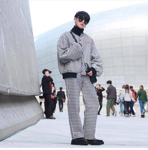 Ngày đầu Seoul Fashion Week: Tín đồ sành mốt chơi màu đơn sắc, hút vạn ánh nhìn!-7