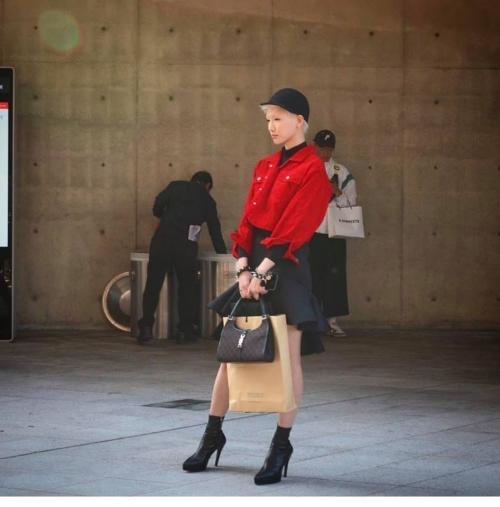 Ngày đầu Seoul Fashion Week: Tín đồ sành mốt chơi màu đơn sắc, hút vạn ánh nhìn!-9