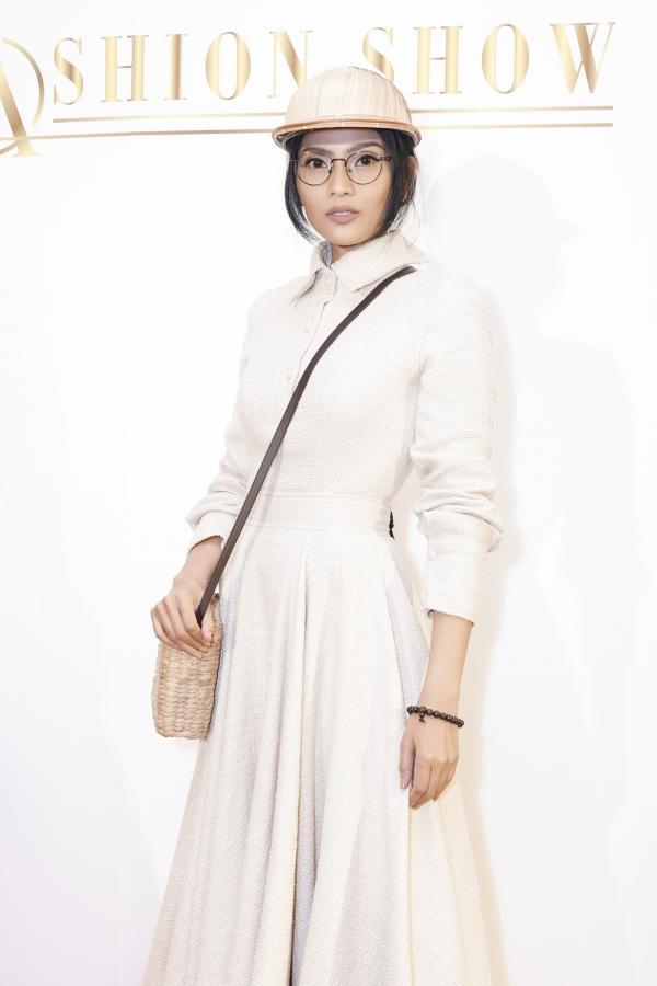 Phi Thanh Vân khoe ngực phản cảm, Chi Pu make-up ma quái lọt top sao mặc xấu tuần này-9